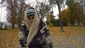 Onwettige multi-etnische immigranten het verbergen, het wandelen straten en het beweren bedelaar te zijn stock footage