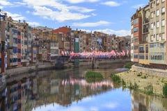 Onyar河的河床在希罗纳,西班牙 免版税图库摄影