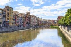 Onyar河的河床在希罗纳,西班牙 免版税库存图片