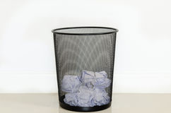 Onyttigt papper i avfall Arkivfoton