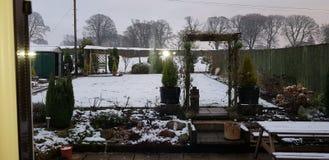 Onze familietuin in de winter stock foto's