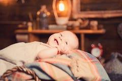 Onze kleine baby Snoepje weinig baby Nieuwe het leven en babygeboorte Portret van gelukkig weinig kind Klein meisje met leuk gezi royalty-vrije stock fotografie
