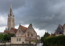 Onze-Lieve-Vrouw domkyrka bak gamla Sint Jans Hospital Fotografering för Bildbyråer