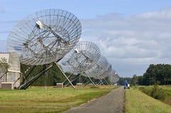 Onze radiotélescopes dans une ligne Image libre de droits