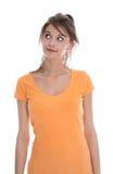 Onzekere en peinzende jonge vrouw die omhoog - geïsoleerd over wit kijken. Stock Afbeeldingen