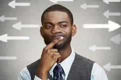Onzekere kerel die pijlen bekijken Mensenhoogtepunt van twijfelsaarzeling Stock Afbeelding