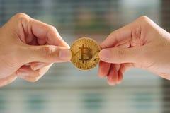 Onzekerheid met in hand bitcoin, oorlog van bitcoin, trekkracht bitcoin verstand Royalty-vrije Stock Foto's