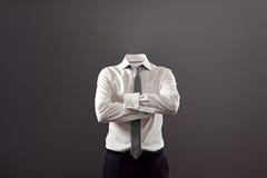Onzichtbare mens die zich met gevouwen wapens bevinden Stock Foto