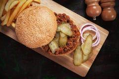 Onzorgvuldige joes, de sandwich van de rundergehakthamburger Stock Afbeeldingen