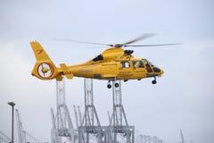Oo-NHU de helikopter van de kustwacht in Nederland verlaat platform voor actie in de Europoort-haven in de haven van Verrotting stock afbeeldingen