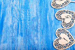 Ooden hjärta sned på en blå träbakgrund Royaltyfria Foton