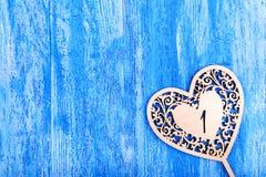 Ooden hjärta sned på en blå träbakgrund Royaltyfria Bilder