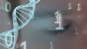 Oog door binaire code en spinnende DNA-schroef wordt omringd die stock video