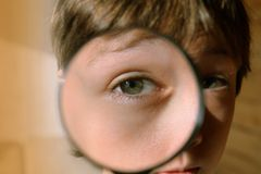 Oog door een vergrootglas Kijk door meer magnifier stock foto