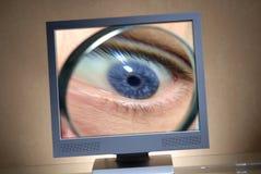 Oog in een monitor stock foto