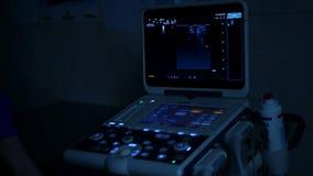 Oog kenmerkend met een ultrasone klankmachine in een donkere ruimte stock videobeelden