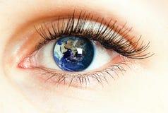 Oog met de wereldkaart die wordt geïntegreerd Stock Foto