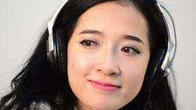 Oog niet contact van de Aziatische ontspanning die van de vrouwentiener wordt geschoten stock footage