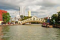 Oog op Melaka en boogbrug over de rivier dichtbij Jambatan Oude B Stock Foto's