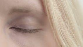 Oog van de veranderingenkleur van het blondemeisje Sluit omhoog stock footage