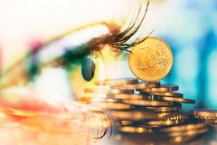 Oog van vrouw en geldeuro Dubbele blootstelling Concept bedrijfsvisie, geld, inkomens stock afbeelding