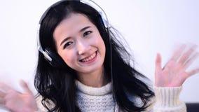 Oogcontact van Aziatische vrouwenontspanning die wordt geschoten stock video
