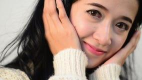 Oogcontact van Aziatische vrouwenontspanning die wordt geschoten stock videobeelden