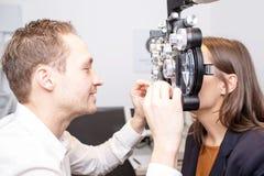 Oogexamen bij opticien stock afbeelding