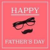 Oogglazen en snor, en de dag van tekst gelukkige vaders Royalty-vrije Stock Afbeelding
