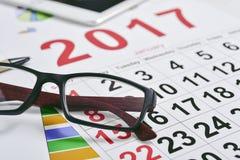 Oogglazen, grafieken en de kalender van 2017 Stock Foto's