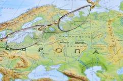 Oogglazen op een geografische kaart Stock Foto's