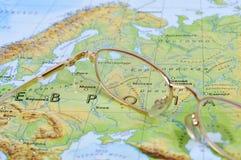 Oogglazen op een geografische kaart Stock Foto