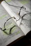 Oogglazen op Open Bijbel Stock Foto's