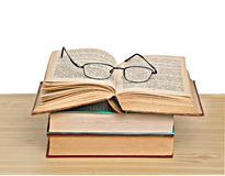 Oogglazen op open boek Stock Fotografie