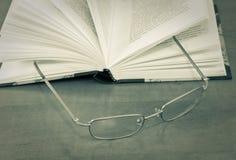 Oogglazen op open boek Royalty-vrije Stock Fotografie