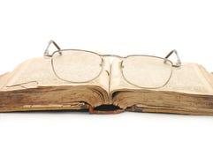 Oogglazen over open boek Royalty-vrije Stock Afbeelding