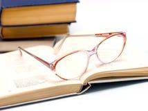 Oogglazen over open boek Royalty-vrije Stock Fotografie