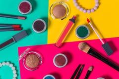 Oogschaduw, armbanden, borstels, close-up, lippenstiften, potloden, op een heldere gekleurde achtergrond, Studio stock foto