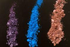 Oogschaduwwen op zwarte achtergrond Verpletterd Schoonheidsmiddel Maak omhoog schoonheidsmiddelen Hoogste mening en spot omhoog Royalty-vrije Stock Foto