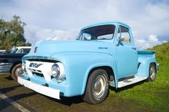 Oogst` Ford F100 ` 1954 modeljaarclose-up Parade van retro auto's in Kronshtadt Stock Foto's