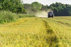 Oogst, gebieden en weiden tijdens oogst Royalty-vrije Stock Fotografie
