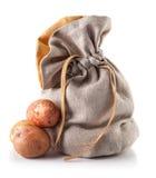 Oogstaardappels in zak Stock Fotografie