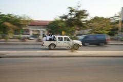 Oogsten de een pick-up dragende studenten op Nationale Weg 6 in Siem, Kambodja stock afbeeldingen