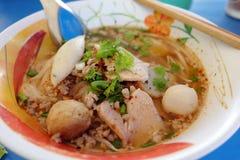 Ooking, νουντλς χοιρινού κρέατος με την καυτής και ξινής σούπα σφαιρών ψαριών, Στοκ Εικόνες