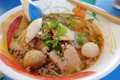 Ooking, nouilles de porc avec la soupe à boule de poissons, chaude et aigre Photo stock