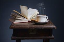 Ooks e uma chávena de café. Imagens de Stock