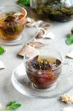 Oolong te i exponeringsglaskoppar med mintkaramellen Arkivfoto