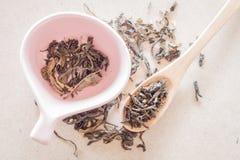 Oolong te i träsked och keramisk kopp Arkivbilder