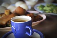 Oolong te med grisköttbenet och mantou Arkivfoto