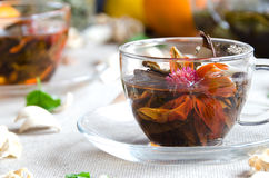Oolong-Tee in den Glasschalen mit Minze stockfotos